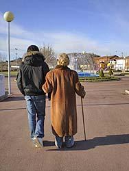 La abuela es considerada como la biblioteca viviente, la guardiana de la memoria.